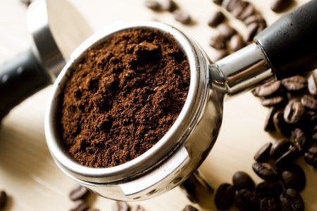 LItalia che riparte, torna il piacere del caffè servito al bancone del bar